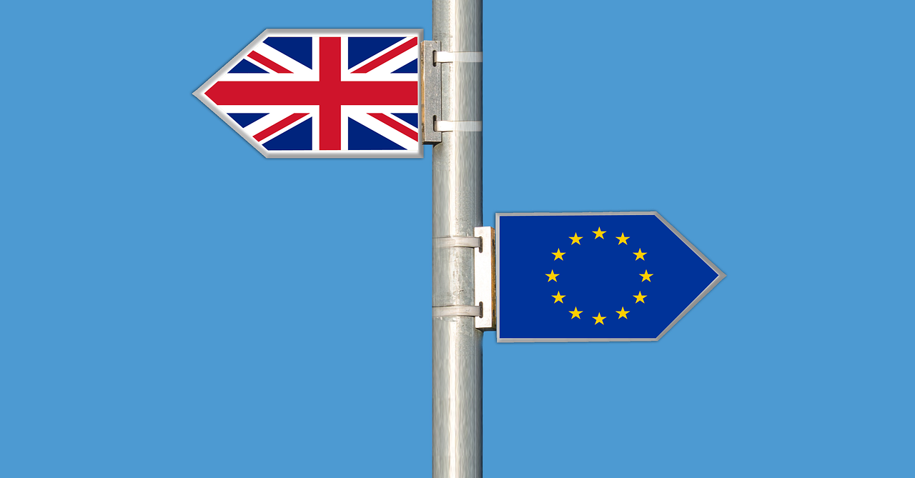 Arrows with UK flag and EU flag pointing opposite directions
